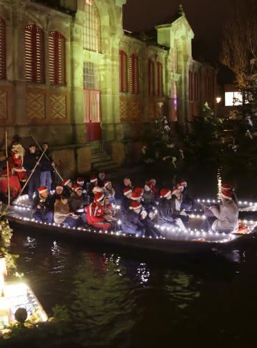 Les enfants chantent Noël sur les barques